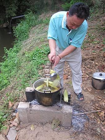 大家變移駕到謝大哥的農舍吃水煮玉米