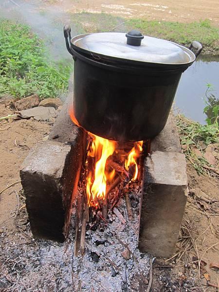 揀柴火煮玉米,超有味~