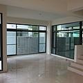 客廳有兩大面落地窗