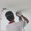 沒釘天花板、又想作隱藏的線,只好挖水泥天花...