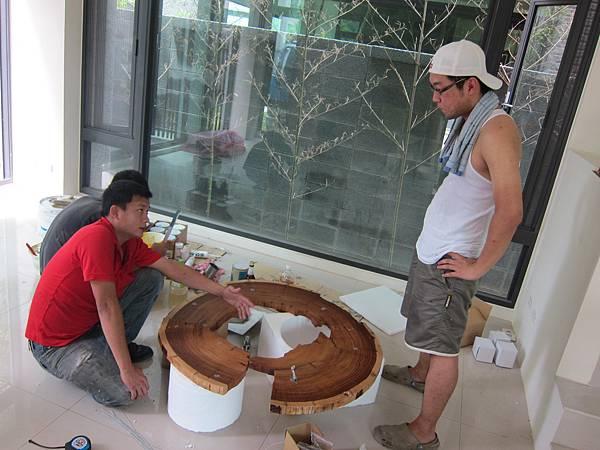 20110828_燈具李小開很熱心幫忙掛藝術天花