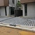 20110625 停車位的植草磚弄好了