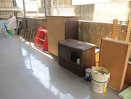 有很多舊家具等著被改造