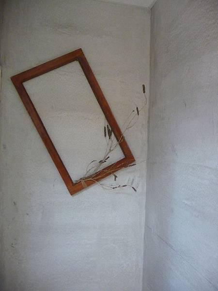 洗手間外有就窗框結合自然素材 簡單有風格:)