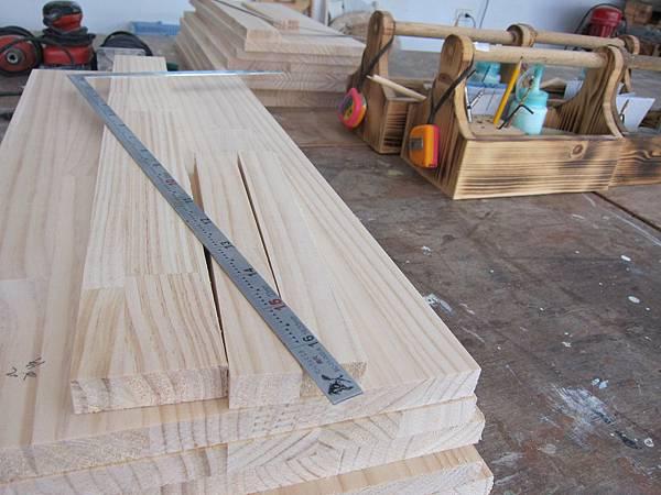 每個學員桌上都有木料和小工具箱