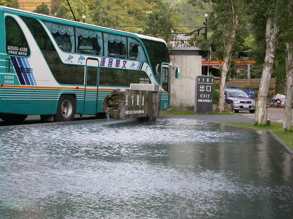 我們搭乘的遊覽車抵達泰安觀止