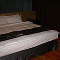 房間內比king size還大的床