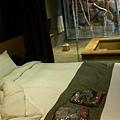 房間和浴池就隔著玻璃和窗簾