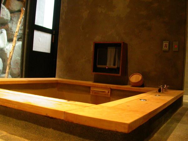 浴池旁還有電視可以看