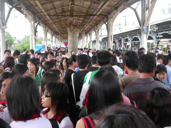 返鄉+通勤人潮的台中火車站