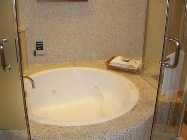 大浴缸,可惜沒準備花瓣:P