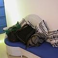 貴妃椅,堆滿了行李><