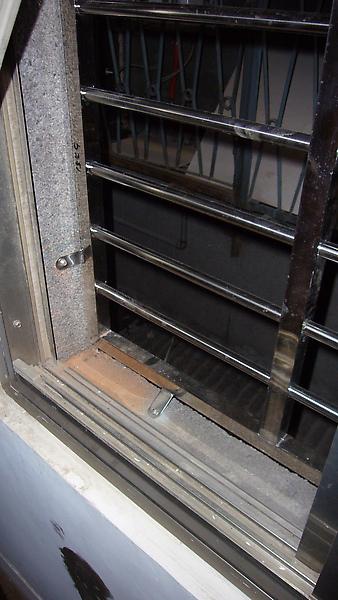側邊小窗的新鐵窗裝好了~