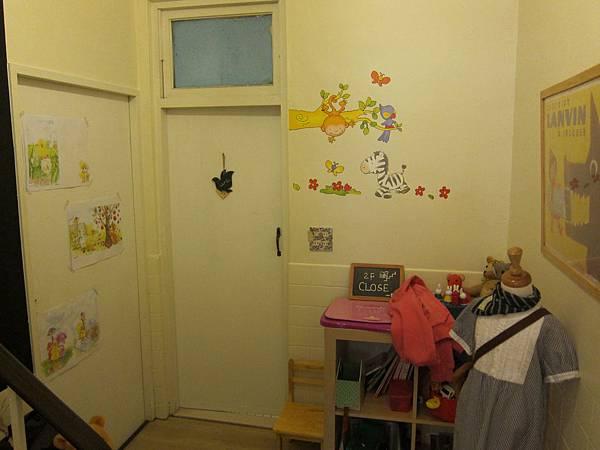 通往2樓和廁所的小角落