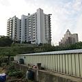 第二畝田就在社區門口的日月光飯店旁