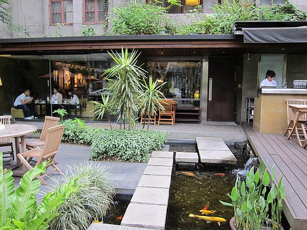 富錦街外庭院