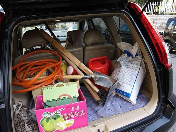 20110101_開春第一天,我們載著滿車的ㄍㄟ司和夢想,下田去~