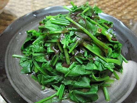 新鮮的蔬菜光汆燙、沾醬油就很好吃了! 我選擇來自西螺的瑞春醬油~