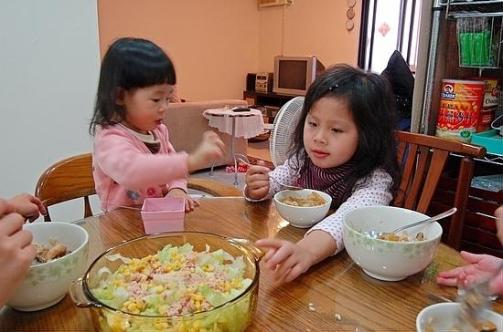 小鬼們吃飯不專心