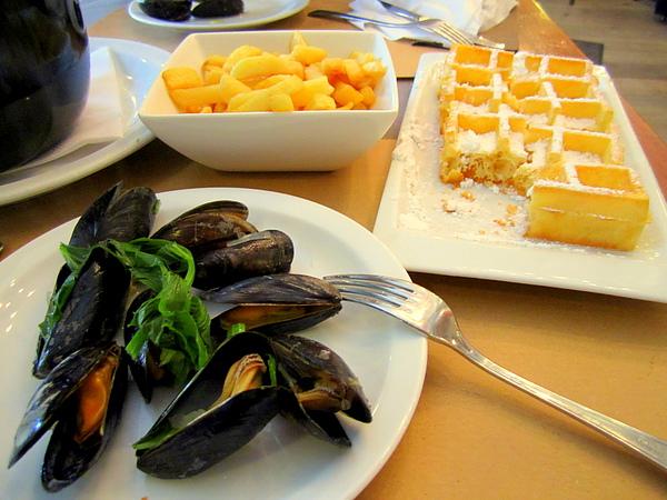 比利時淡菜(mussel) 配薯條 + 威化餅 (wafel)