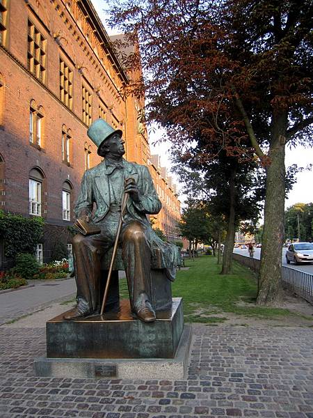 市政廳旁的安徒生雕像 (H. C. Anderson)