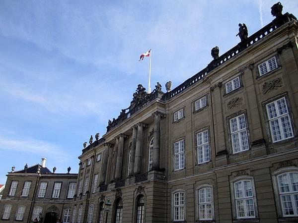 王子的建築上有國旗升起, 表示王子在家喔!