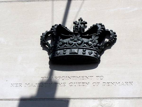 商標上有皇冠圖案的品牌, 代表這些品牌商品曾提供皇室使用長達 10-15 年