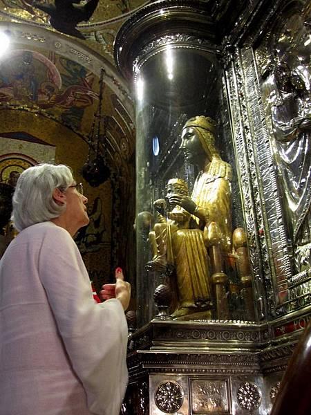 教堂內黑面聖母的複製品