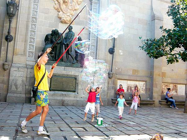 製造大泡泡讓小朋友玩在這裡是很常見的街頭表演