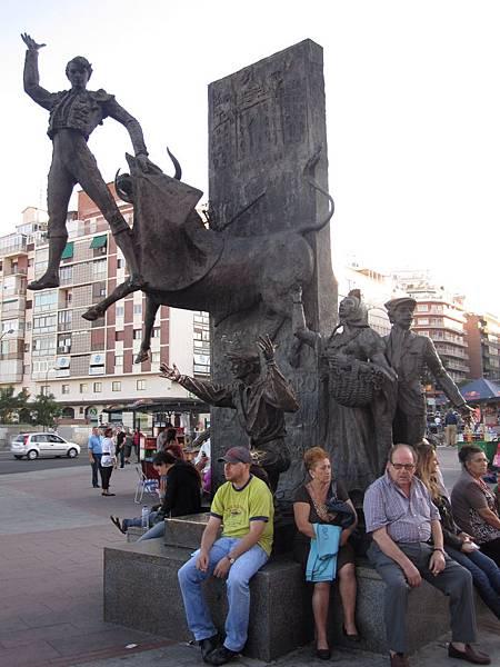 鬥牛場前的鬥牛士雕像