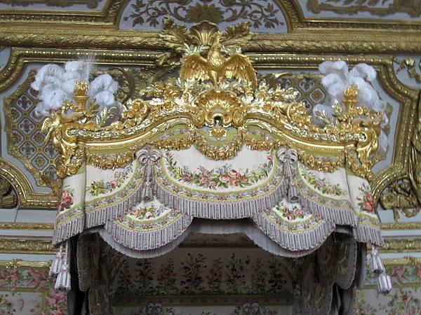 床頂上複雜又累贅的裝飾