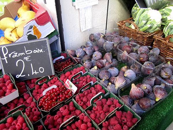 右邊紫色的果實就是無花果