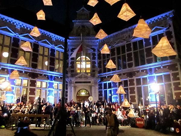 樂隊演奏, 大家一起唱 St. Maartensdag 的歌