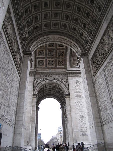 門內刻有跟隨拿破崙遠征的 386 名將軍和 96 場勝戰的名字