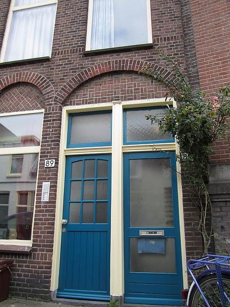 住屋門口的藍色大門
