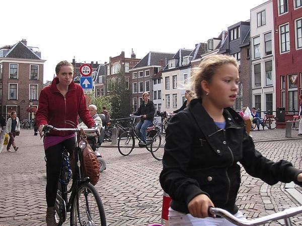 不誇張, 到處都是自行車!