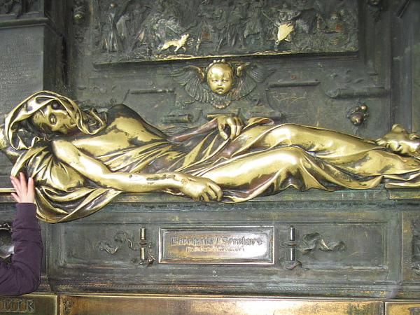 賽爾克拉斯雕像 (據說由左往右觸摸雕像會帶來幸福)