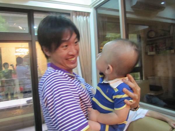 小朔和舅舅第一次見面.JPG