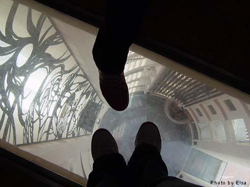射日塔10F站在透明玻璃往下看