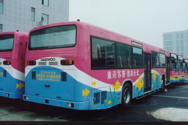 東南客運的低底盤公車,南韓原裝進口  感謝台北提供