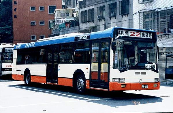 大都會客運的低底盤公車 AH-830 感謝台北提供