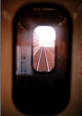 火車內看火車