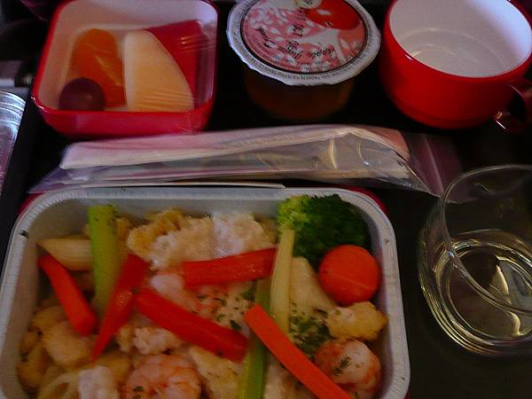 P1100828-我的是海鮮義大利麵,以後在飛機上還是不要選海鮮比較好.JPG