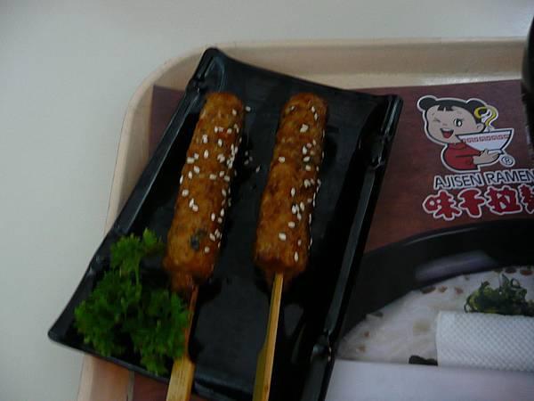 P1100834-套餐的烤雞肉軟骨串,是絞肉.JPG