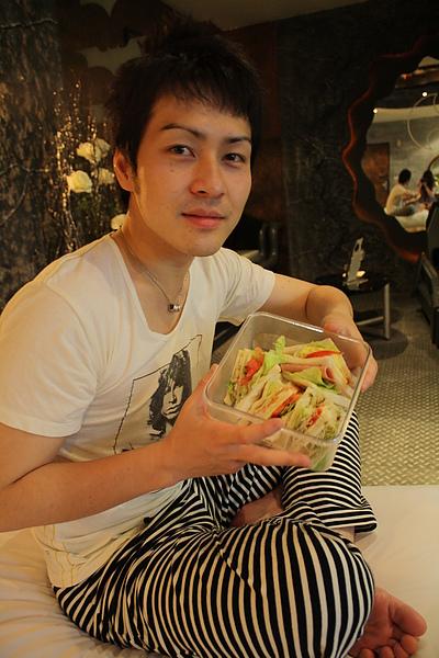 5/29 手上的三明治是我的手作心血~生日禮物!!!