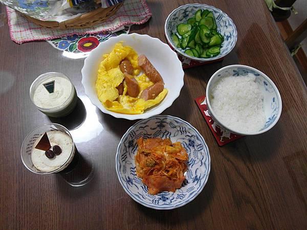 當天晚餐, 還是很簡單, 泡菜炒培根/香腸炒蛋/清漬小黄瓜(自家菜園^_^)