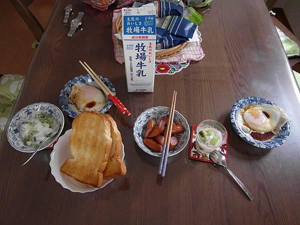 7/29 早餐:烤土司/荷包蛋/維也那香腸/奇異果優格/牛奶
