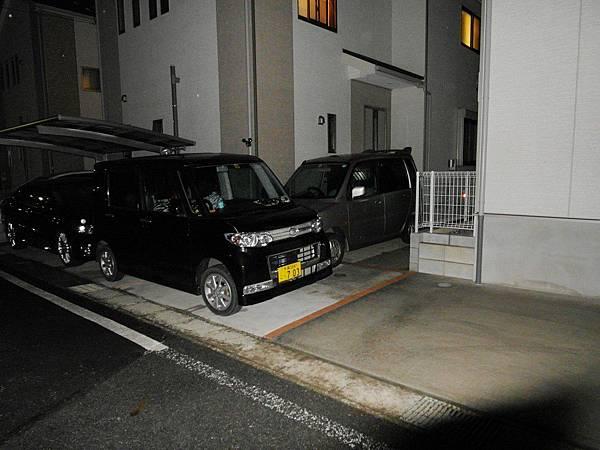 當晚公公又來家裡說隔壁停了三輛車,以技術面而言是不可能的一定有開到我家的地盤才倒退(紅磚線以右是我家停車場)