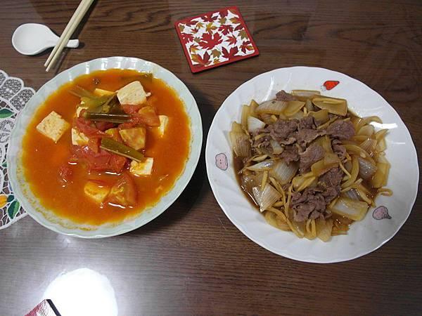 今日晚餐是蕃茄炒豆腐(湯好多)/洋蔥炒牛肉,後者很受葉大師喜愛。