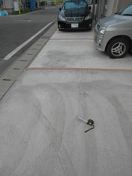 葉大師走前交待要量輪胎痕跡的尺寸然後拍照,因為對方是開輕自動車胎寬比較小,我一邊帶著疑惑又拍了幾張呈堂證供。